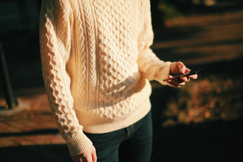 スマートフォンを持つ人の写真